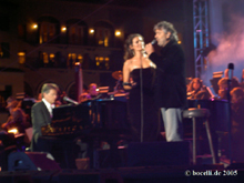 Lake Las Vegas, Dec 10, 2005, Veronica joining Andrea on stage, copyright www.bocelli.de